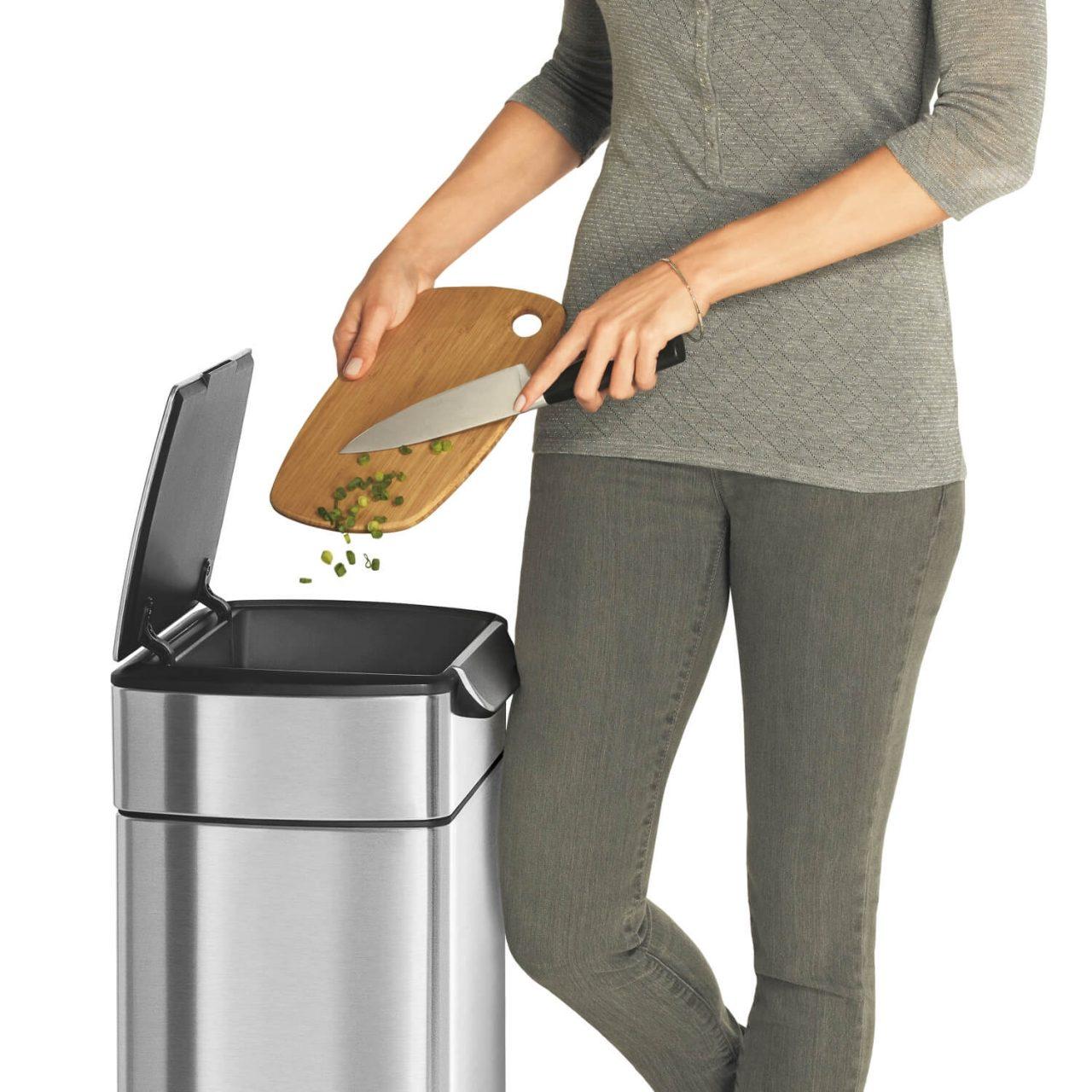 調理中に膝のタッチでゴミを捨てる動作