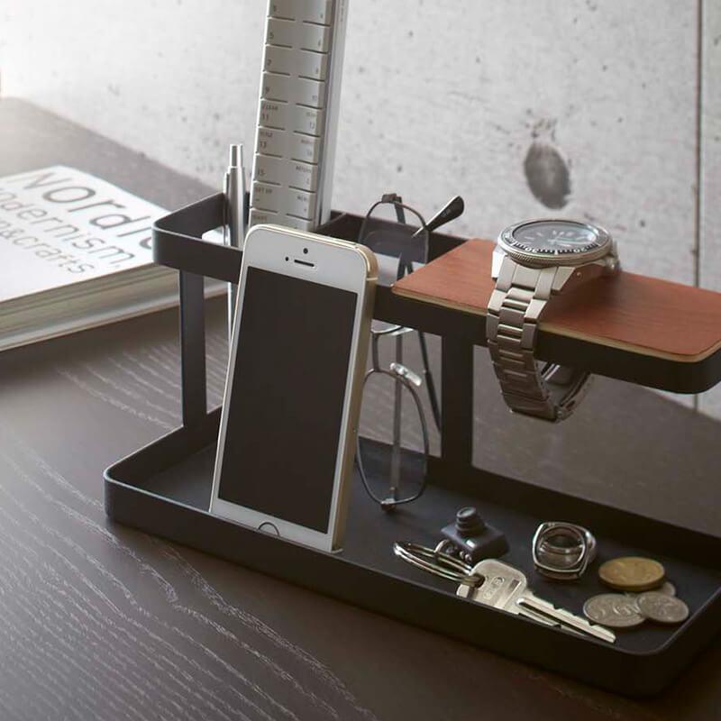 タワーデスクバーブラックに腕時計や眼鏡などを収納したデスク例