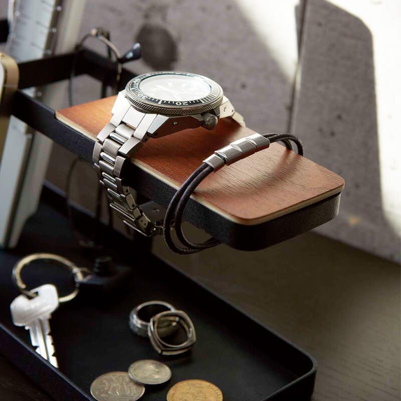タワーデスクバーブラックに腕時計とブレスレットを収納