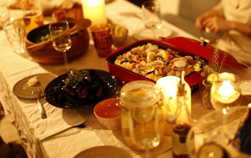ブルーノコンパクトホットプレートがあるディナーの風景