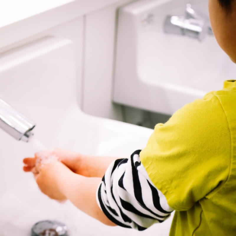子供の手洗い習慣を助ける自動ソープディスペンサー