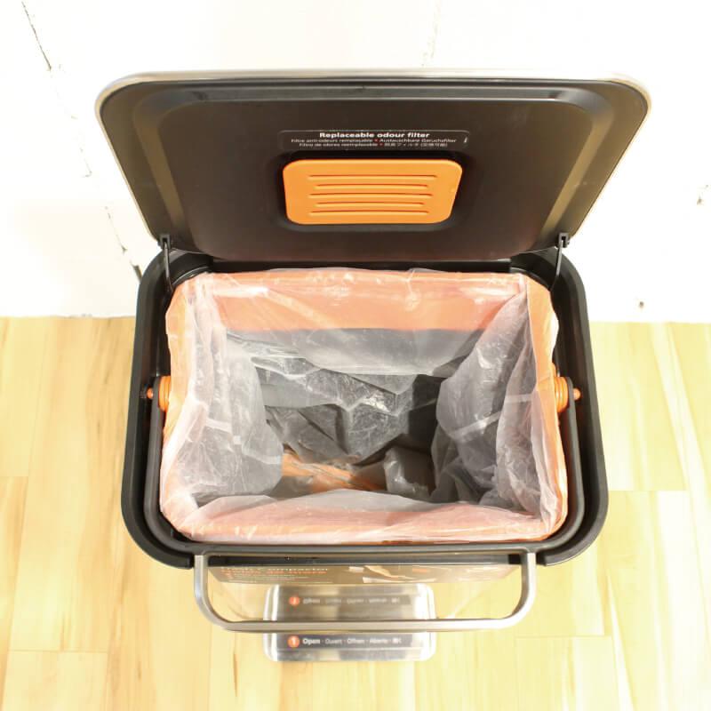 クラッシュボックスの蓋は垂直に開けることができる。垂直に止まるのでゴミ袋が交換しやすい