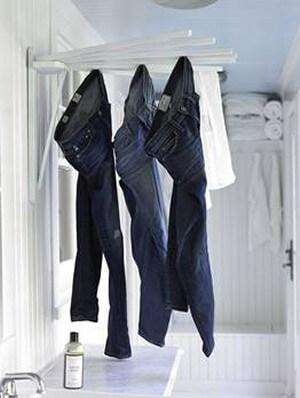 部屋干しのジーンズ