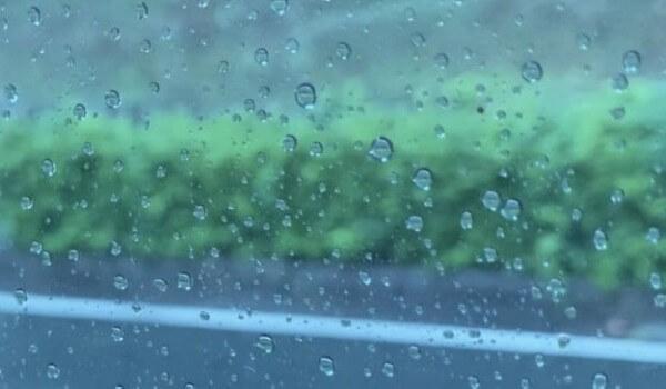 窓に映る雨雫と風景